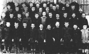 Мюнхен 1889 год. Малыш Альбертик в первом ряду второй справа.