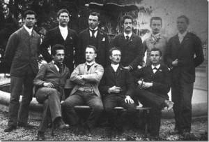 Группа учащихся из подготовительной школы в Аарау, среди которых находится и молодой Эйнштейн (сидит крайний слева в первом ряду). Получение в этом учебном учреждении диплома давало право поступления в Политехникум без экзаменов. 29 октября 1896 года Альберт приехал в Цюрих и стал учиться в одной группе с Милевой.
