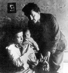 Новорожденный Ганс-Альберт с родителями, 1904.