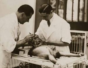 Молодой Серж Воронов с ассистентом на операции