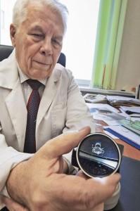 Валерий Захаров принимал непосредственное участие в создании искусственного жесткого хрусталика «Спутник». Фото: Андрей Замахин