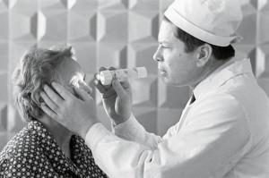1968 год. Федоров осматривает пациентку, в глаз которой введен протез роговицы со сменной оптикой