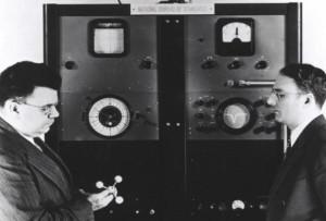Изобретатель Гарольд Лайонс (справа) с первыми молекулярными часами (1949 год)