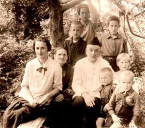 К.Э.Циолковский с семьей во дворе своего дома в Калуге