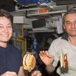 Американцы и на орбите едят гамбургеры. Источник фото: Википедия
