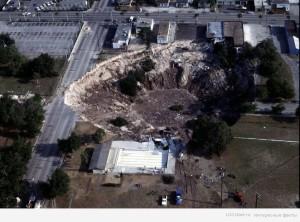 В 1981 дыра образовалась в городском парке во Флориде. Впоследствии здесь образовалось озеро с красивым пляжем вокруг.