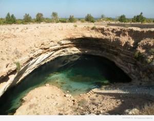 В Биммахе, что в Омане, несколько сот лет также образовался известковый пролом. Но, местные власти не растерялись – теперь это достопримечательность со своей зоной отдыха. На дне дыры образовалось чистейшее озеро.
