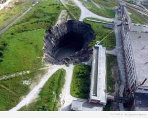 В 1986 году, в результате аварии на рудниках, в городе Березняки, в России, образовался провал. Каждый год его размеры увеличивались – и сейчас он 103 на 100 метров.