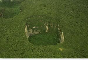 Первое место – Плато Сарисаринама в Венесуэле. Диаметр «ямы» составляет 350 метров, такая же и её глубина. Сколько лет этому провалу – неизвестно, но он уже зарос травой, и там уже образовалась своя экосистема, со своей флорой и фауной, поэтому выглядит достаточно красиво. О причинах этого провала также неизвестно.