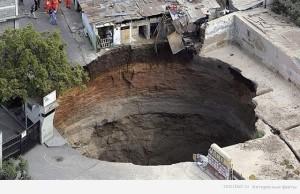 В 2007 году в Гватемале образовалась карстовая дыра «поглотила» целый жилой квартал. Было эвакуировано несколько сотен человек из своих домов. Размеры дыры – 100 на 100 метров.