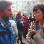 Сергей Бебчук, директор «Лиги Школ» № 1199, и научный журналист Наталья Иванова-Гладильщикова на митинге против реорганизации школ
