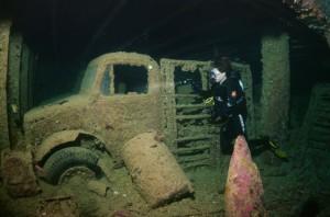 Дайвер изучает британское судно «Тистлегорм». Красное море, пролив Губаль. Фото: Андрей Некрасов